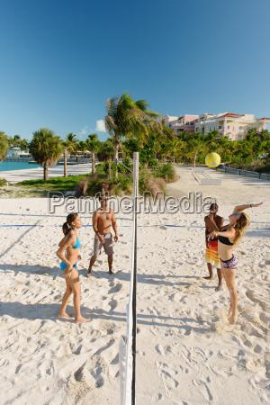 vier, junge, erwachsene, freunde, spielen, beachvolleyball, providenciales, turks- - 18727592