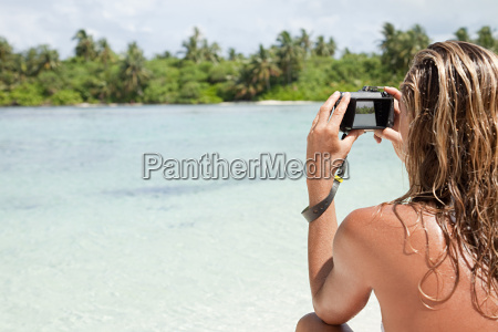 woman taking picture medahutthaa island north