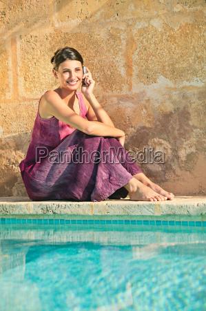 frau, am, pool, mit, handy - 18741068