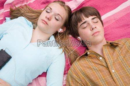 teenage couple listening to an mp3