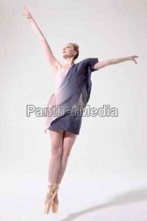 ballerina mit den armen springen angehoben