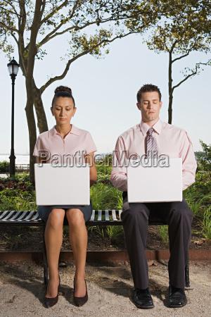 zwei personen in einem park telearbeit