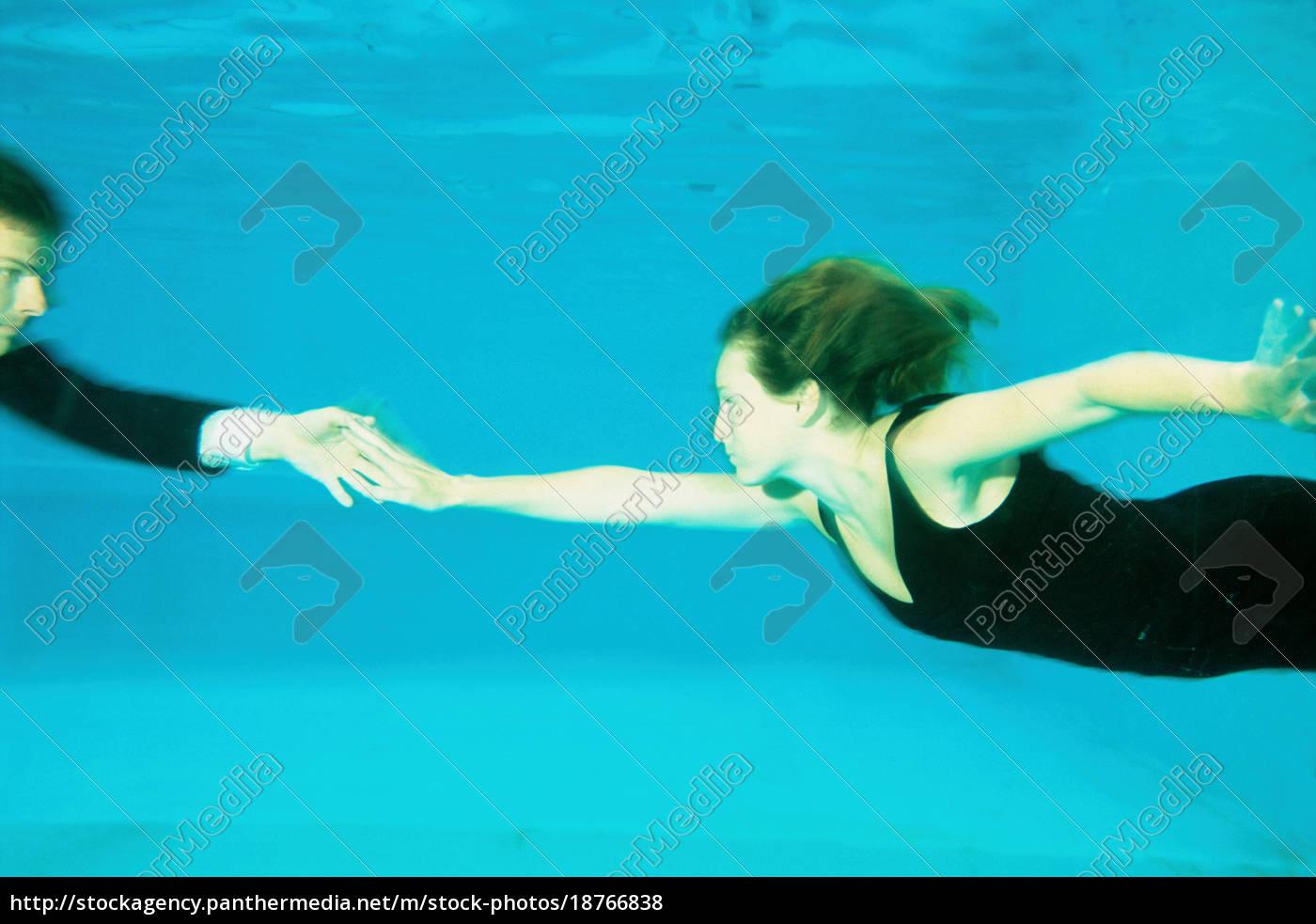 ein, paar, tanzt, in, einem, schwimmbad - 18766838