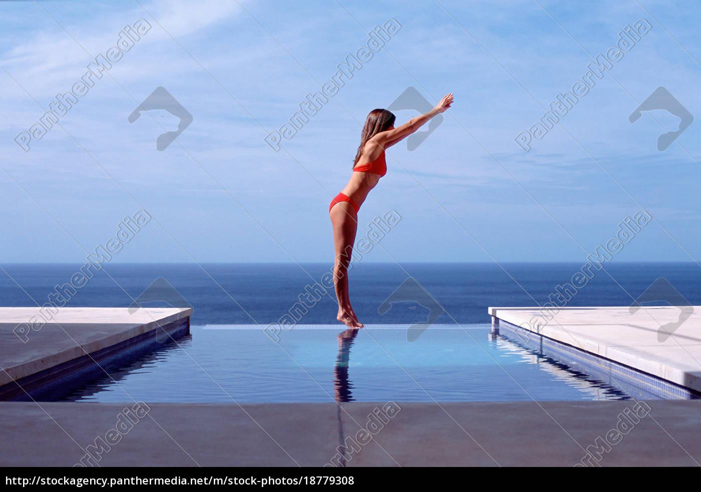 junge, frau, im, schwimmbad, am, meer - 18779308