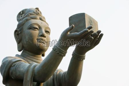 statue in der naehe von tans