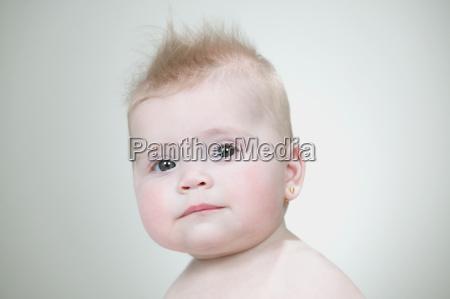 baby-mädchen, mit, stacheligen, haaren - 18803096