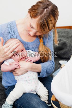 frau daheim zuhause lebensstil weiblich baby