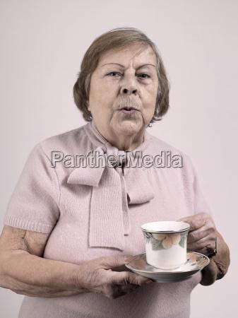 frau tee trinken trinkend trinkt freizeit