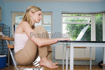 frau profil daheim zuhause weiblich konzentration