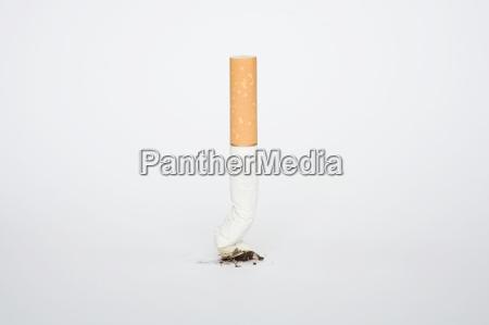 cigarrillo peligro inclinacion posicion tabaco adicto