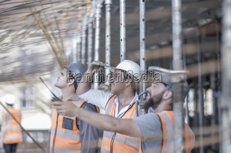 bauleiter und bauherren schauen auf stahlstangenkonstruktion
