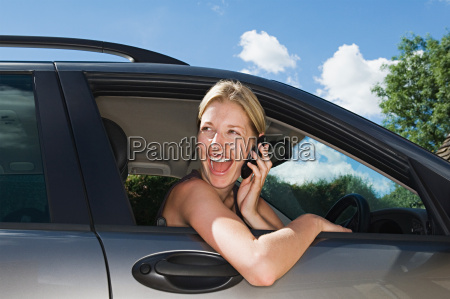 frau, im, auto, mit, handy - 18883444