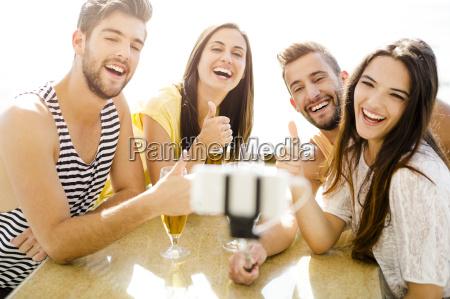 gruppe selfie an der strandbar