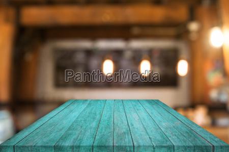 perspektivische blaue holztischplatte mit cafe