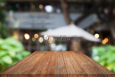 perspektivische holztischplatte mit cafe hintergrund