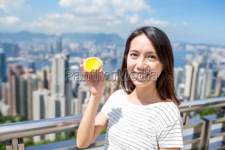 frau die in hongkong lokale lebensmittel