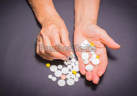 die alten haende mit pillen