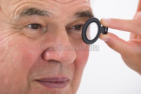ein optometriker der das sehvermoegen des