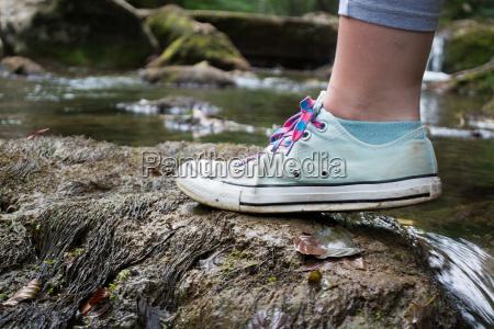 maedchen fuss stepping auf einem moosigen