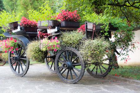 alte rustikale hoelzerne laendliche wagen mit