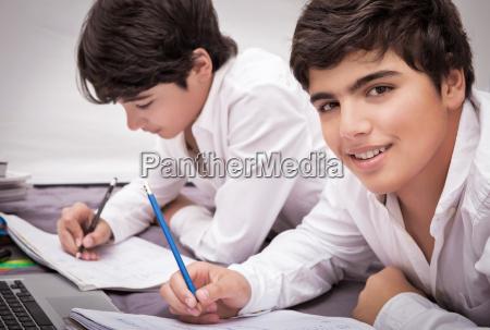 dos chicos haciendo la tarea