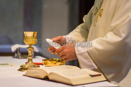 priester waehrend einer trauung brautmesse
