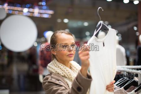 junge frau beim einkaufen in einem