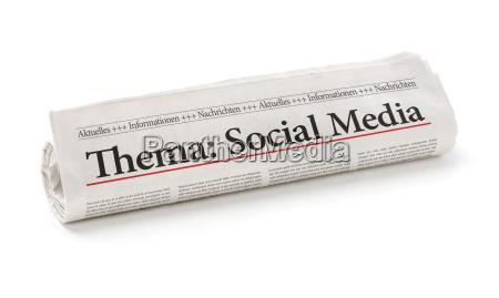 zeitungsrolle mit der ueberschrift social media