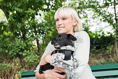 junge frau umarmt ihren hund