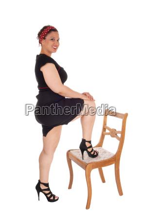 stehendes bein der frau auf stuhl
