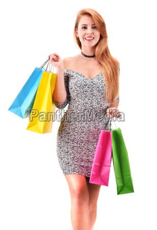 junge frau mit einkaufstueten isoliert auf