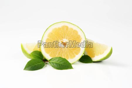 gruene grapefruit haelfte und scheiben