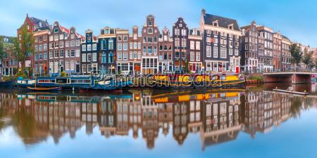amsterdam kanal singel mit niederlaendischen haeusern