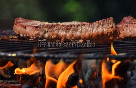rindersteak auf flamme grill feuer gegrillt