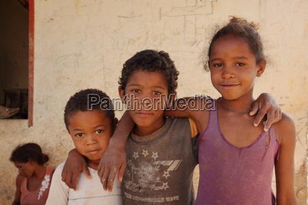 freunde und glueckliche kinder in brasilien
