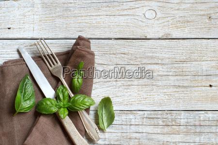 vintage messer und gabel mit basilikum