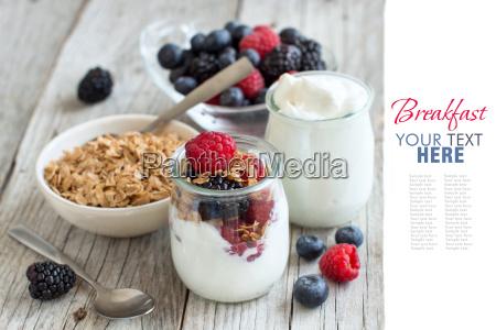 fruehstueck mit frischen griechischer joghurt muesli
