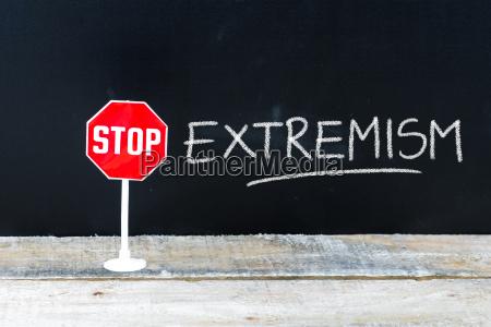 stop extremism nachricht an tafelgeschrieben