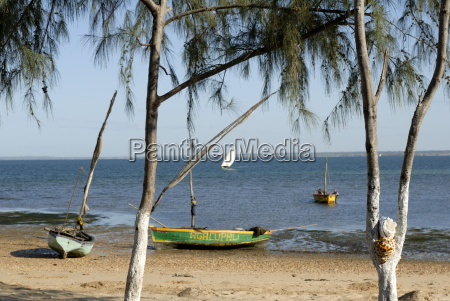 dhows und strand gegenueber mosambik mosambik