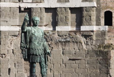 statue des roemischen soldaten vor trajansforum