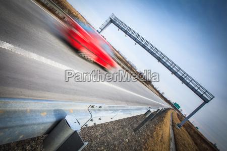 autobahnverkehr bewegung verschwommene autos auf einer