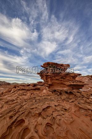 roter sandstein mit dreidimensionalen erosionsformen gold
