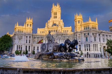 fountain and plaza de cibeles palace