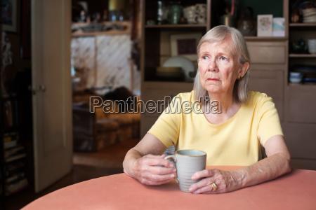 seniorin mit blanker starren