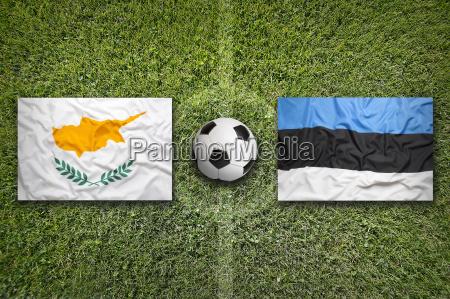 zypern gegen estland flaggen auf fussballplatz