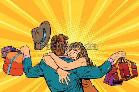 frau umarmt ihren mann mit geschenken