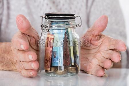 aeltere frau die hand zu schuetzen