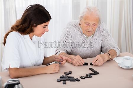 zwei frauen spielen domino spiel im