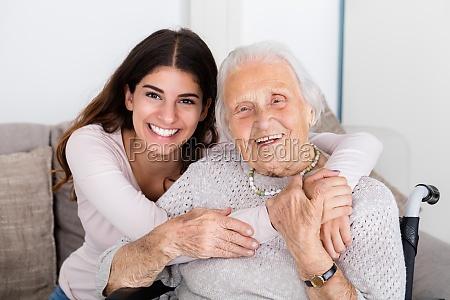 zwei frauen umarmen einander zu hause