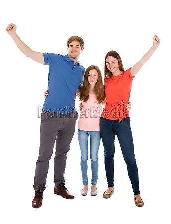 glueckliche familie erhoehen ihre arme